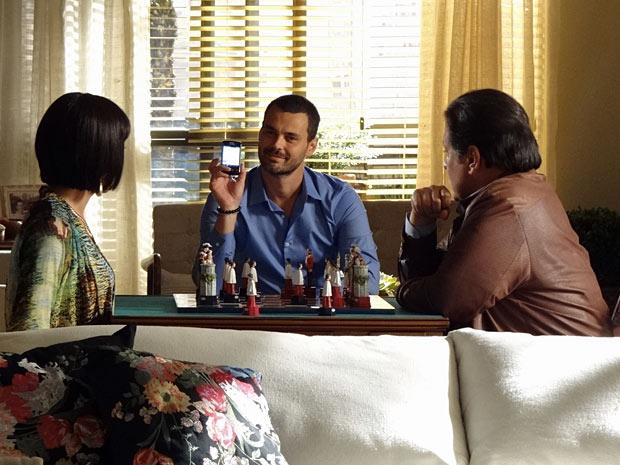 Fernando mostra aos pais que não vai atender ligação de Miriam (Foto: Amor Eterno Amor/TV Globo)