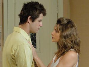 Laura diz a Guido que Fabiano é só um cliente do brechó (Foto: Malhação / TV Globo)