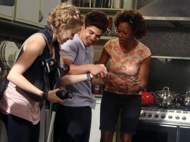 Jefferson, Aparecida e Babi felizes em ver a recuperação do pagodeiro, na trama de Malhação (Foto: Malhação / TV Globo)