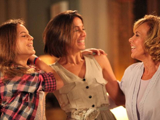 Letícia comemora o momento com Vilma e Carolina (Foto: Fina Estampa/TV Globo)