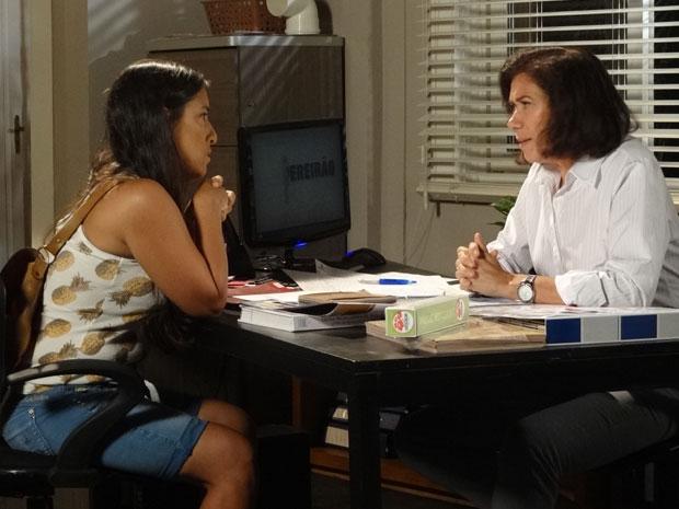 Griselda aconselha Marilda a gravar tudo que sabe sobre Tereza Cristina (Foto: Fina Estampa/ TV Globo)
