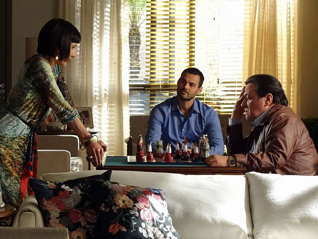 Melissa e Dimas aproveitam momento frágil de Fernando para manipulá-lo (Foto: Amor Eterno Amor/TV Globo)