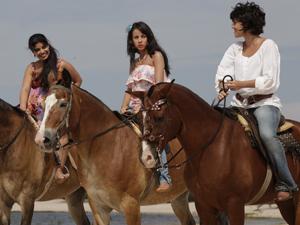 Valéria e Gracinha levam Miriam até Carlos (Foto: Amor Eterno Amor / TV Globo)