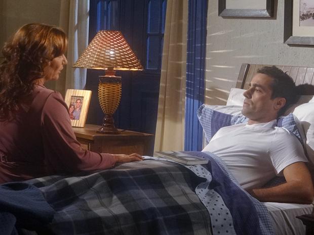 Amália pede para Vicente encarar a cirurgia o quanto antes (Foto: Aquele Beijo/TV Globo)