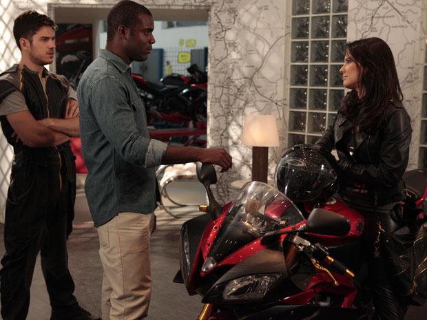 Zuleika compra moto mais cara da Fashion Moto (Foto: Fina Estampa/TV Globo)
