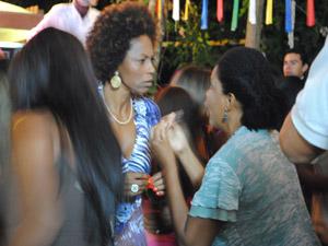 Rose avisa a Aparecida que viu Juninho na Comunidade dos Anjos (Foto: Malhação / Tv Globo)