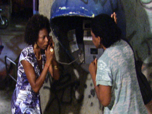 Aparecida presta queixa sobre Juninho (Foto: Malhação / TV Globo)