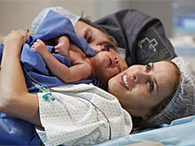 Celina tem seu filho ao lado de Lourenço (Amor Eterno Amor/TV Globo)
