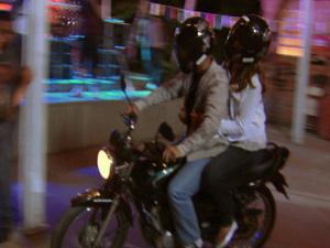 Na garupa, Cristal foge com o bandido (Foto: Malhação / TV Globo)