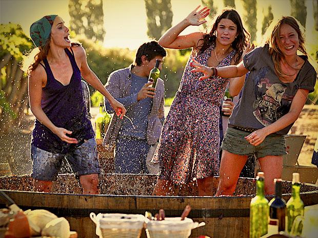 Débora Falabella, Carol Abras e Marina Glezer se divertem na gravação num vinhedo (Foto: Avenida Brasil / TV Globo)