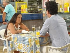 Crô avisa que Marilda tem que voltar para mansão (Foto: Fina Estampa/TV Globo)