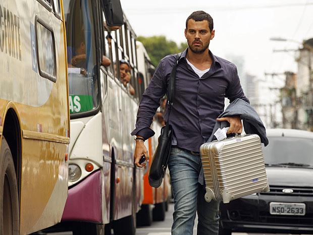 Fernando abandona perua no meio de rua de Belém (Foto: Amor Eterno Amor/TV Globo)