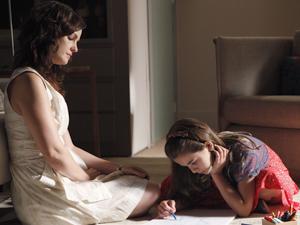 A psicóloga observa enquanto Clara desenha (Foto: Amor Eterno Amor / TV Globo)