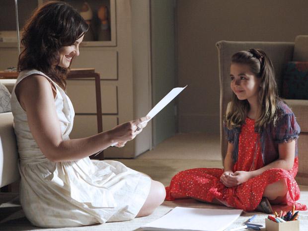 Beatriz admira o lindo anjo que Clara desenhou (Foto: Amor Eterno Amor / TV Globo)
