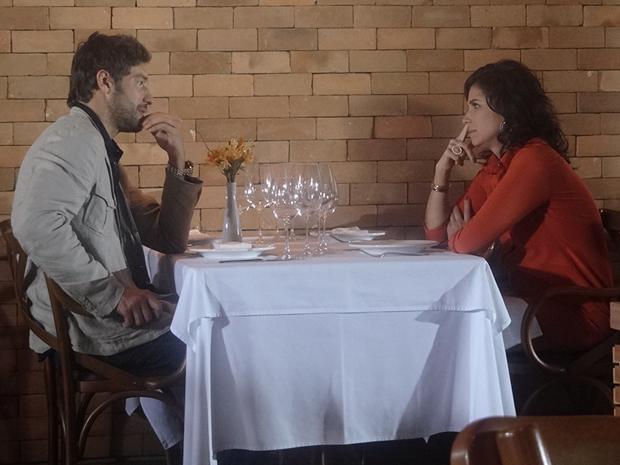 Rubinho consegue almoçar com Claudia (Foto: Aquele Beijo/TV Globo)
