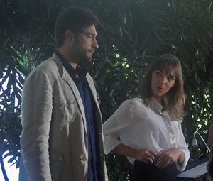 Rubinho suborna recepcionista para não esperar (Foto: Aquele Beijo/TV Globo)