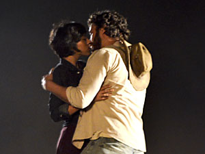 Carlos e Miriam se beijam (Foto: Amor Eterno Amor/TV Globo)
