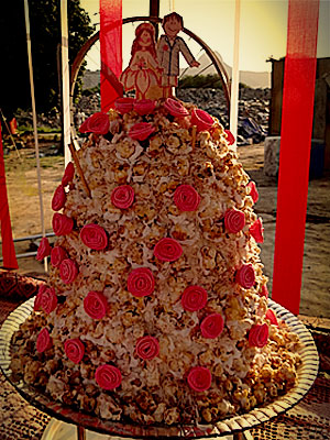 O bolo do casamento foi decorado com pipocas doces (Foto: Avenida Brasil / TV Globo)