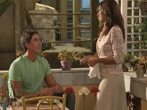 Pezão tem conversa descontraída com Celeste (Foto: Fina Estampa/TV Globo)