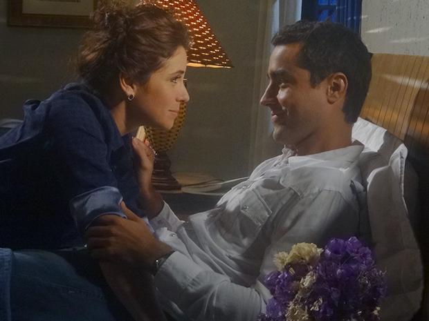 Claudia convence Vicente que eles devem ficar juntos (Foto: Aquele Beijo/TV Globo)