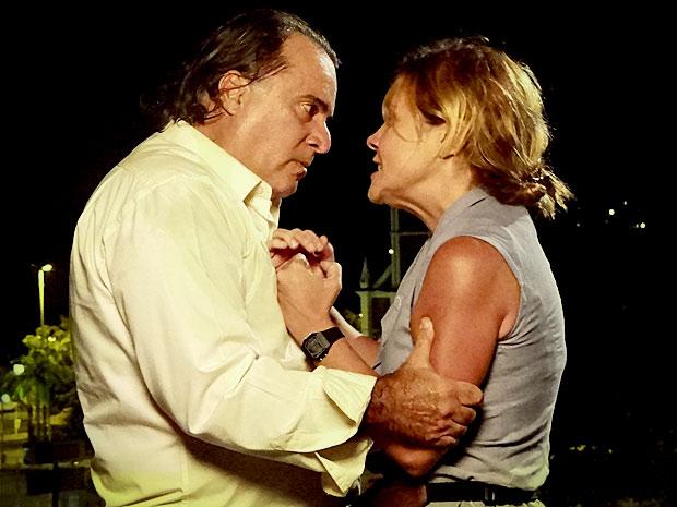 Genésio confronta Carminha e afirma que vai colocá-la atrás das grades (Foto: Avenida Brasil/ TV Globo)