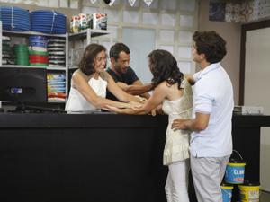 Patrícia e Antenor comemoram a notícia (Foto: Fina Estampa / TV Globo)