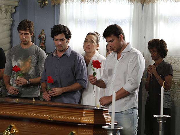 Mesmo morta, Iara aproveita para tirar uma casquinha dos antigos clientes (Foto: Aquele Beijo/TV Globo)