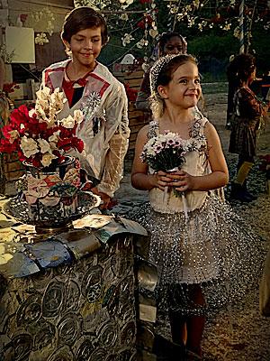 A roupa dos noivos, principalmente o vestido de Rita, foi produzido com materiais reciclados (Foto: Avenida Brasil / TV Globo)