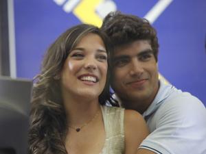 Os dois comemoram a notícia (Foto: Fina Estampa / TV Globo)