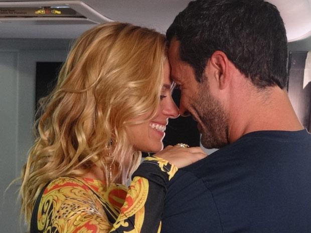 Quinzé chega a tempo de alcançar Teodora no avião (Foto: Fina Estampa / TV Globo)