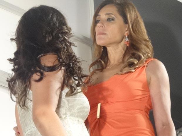 Tereza Cristina tenta empurrar Patrícia do alto da escada (Foto: Fina Estampa/ TV GLobo)