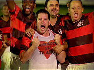 Tufão dedica gol a Monalisa (Foto: Avenida Brasil/ TV Globo)
