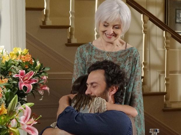 Clara finalmente conhece o domador de búfalos que aparecia em seus sonhos (Foto: Amor Eterno Amor / TV Globo)