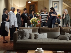 A emoção toma conta da casa (Foto: Amor Eterno Amor / TV Globo)