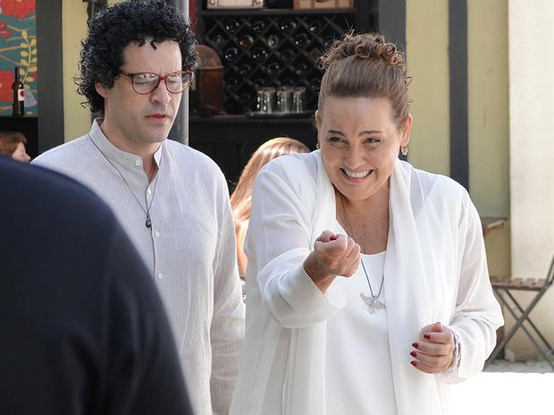 Espírito de Iara usa poderes para beliscar Taluda (Foto: Aquele Beijo/TV Globo)