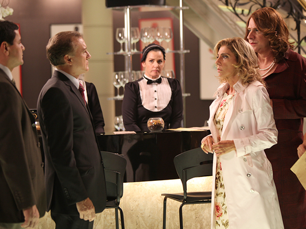 Henrique faz questão de ver Maruschka humilhada (Foto: Aquele Beijo/TV Globo)