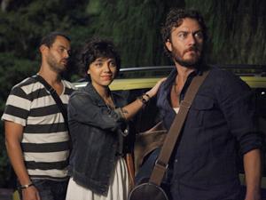 Carlos chega à mansão ao lado de Miriam e Fernando, que está odiando a situação (Foto: Amor Eterno Amor / TV Globo)