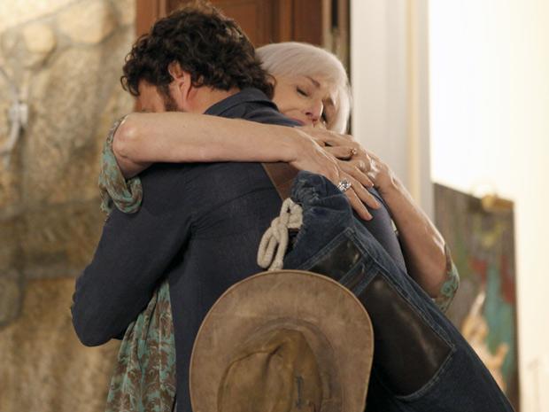 Muito felizes e emocionados, Verbena e Rodrigo dão um forte abraço (Foto: Amor Eterno Amor / TV Globo)