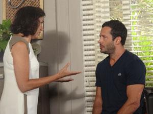 Griselda aconselha o filho a voltar para a ex-mulher (Foto: Fina Estampa / TV Globo)