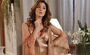 Tereza Cristina esbanja glamour com seus robes e camisolas de seda  (Fina Estampa/TV Globo)