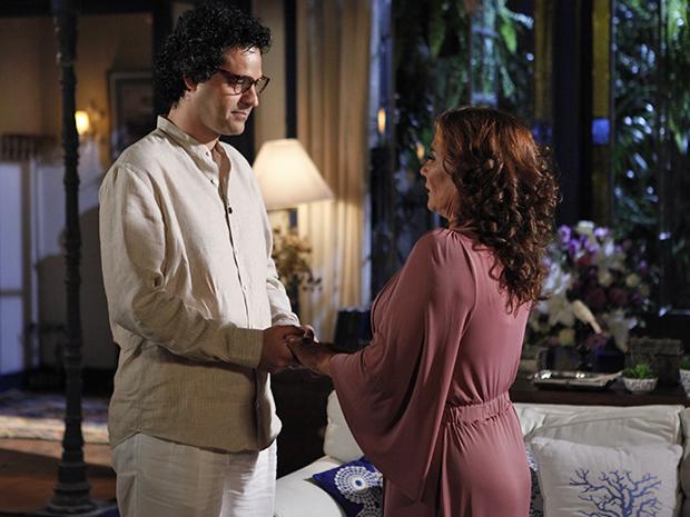 Joselito diz a Amália que Vicente vai voltar a andar (Foto: Aquele Beijo/TV Globo)