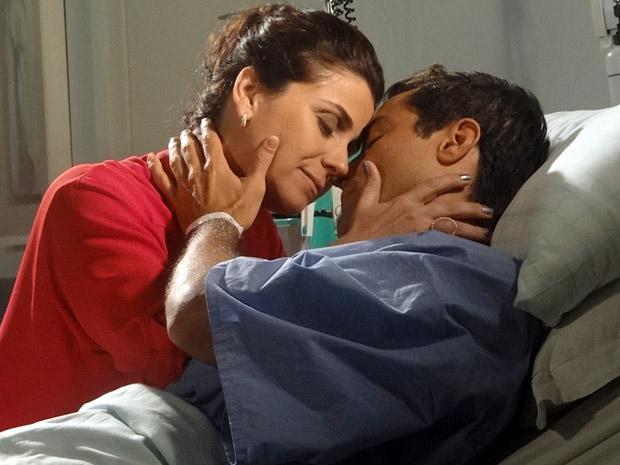 Claudia e Vicente no hospital (Foto: Aquele Beijo/TV Globo)