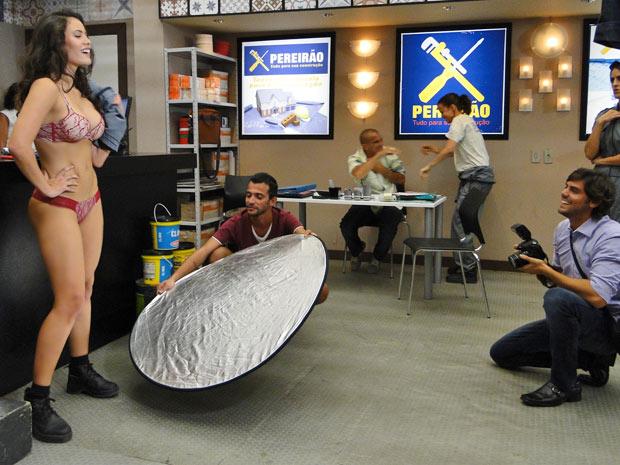 Deborah posa para fotos na loja do Pereirão (Foto: Fina Estampa/TV Globo)
