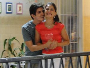 Laís e Julinho aproveitam a reunião de condomínio para namorar escondido (Foto: Amor Eterno Amor / TV Globo)
