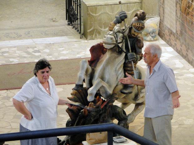 Deolinda fica sem reação ao ver Ribamar com a escultura gigante (Foto: Amor Eterno Amor / TV Globo)