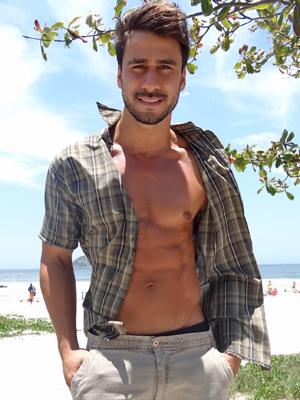 Julio Rocha conta como mantém a boa forma e fala de seu personagem (Foto: Fina Estampa/TV Globo)