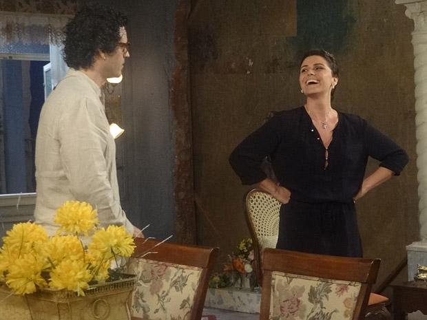 Claudia assume a postura de Iara e fala com Joselito (Foto: Aquele Beijo/TV Globo)
