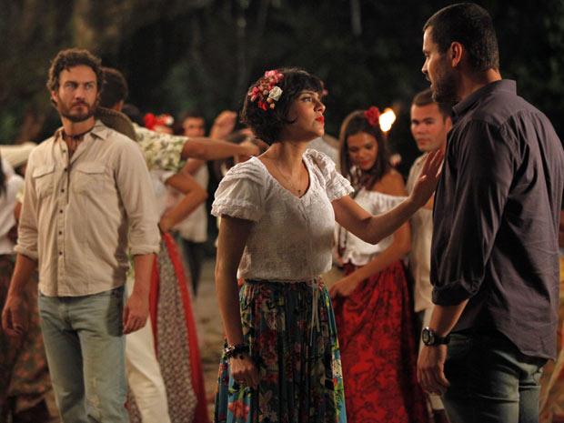 Miriam tenta acalmar Fernando, que chega à Vila dos Milagres furioso (Foto: Amor Eterno Amor/TV Globo)