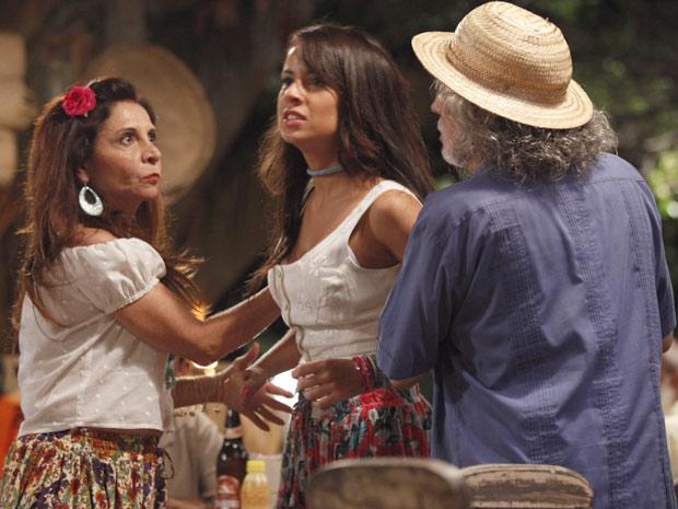 Valéria tenta ir para cima de Miriam, mas é segurada por Carmem e Zé (Foto: Amor Eterno Amor / TV Globo)