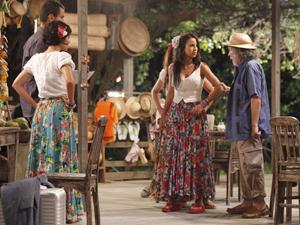 Zé pega Valéria pelo braço e leva a filha embora  (Foto: Amor Eterno Amor / TV Globo)